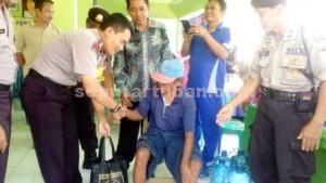 BERBAGI: Kapolres Tuban AKBP Guruh Arif Darmawan saat membagikan santunan kepada warga pra sejahtera di Kecamatan Grabagan.