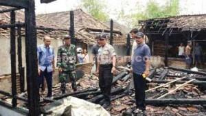 TINGGAL PUING: Rumah milik Sukono (55) di Desa Kemlaten, Kecamatan Parengan, tinggak setelah dilalap api, Minggu (27/09/2015) pagi.