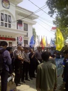 CEDERAI RAKYAT: Massa PMII Komisariat STITMA Mahdum Ibrahim Tuban saat menggelar aksi di depan gedung KPU di Jalan Pramuka, Rabu (30/09/2015) pagi.