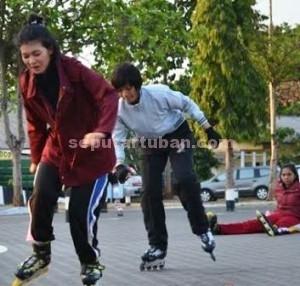 JATUH BANGUN: Dua polwan saat menjalani latihan bersepatu roda di Mapolres Tuban, Senin (21/09/2015) pagi.