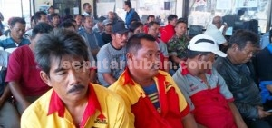 GARDA DEPAN: Warga ring PT SI saat mengikuti sosialisasi melek hukum di Cargo Semen Gresik PT SI  Desa Tlogowaru, Kecamatan Merakurak, Kamis (10/09/2015) pagi.