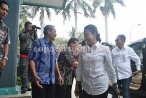 SELAMAT DATANG: Menteri BUMN Rini Soemarno saat melakukan safari kerja ke PT Semen  Indonesia di Desa Sumberarum, Kecamatan Kerek, Jumat (11/9/2015) siang.