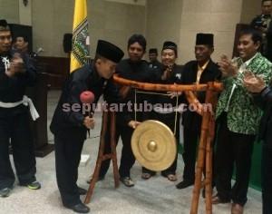 SEMANGAT: Ajang adu keahlian pencak silat ini dibuka Kapolres Tuban AKBP Guruh Arif Darmawan, Kamis (27/08/2015) malam, di Graha Sandiya PT Semen Indonesia.