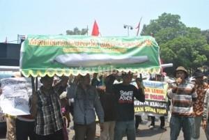 Demo Warga Gaji di Kantor Bupati Tuban .