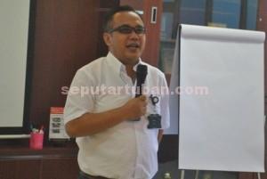 General Affairs dan Community Relation Manager PT. Holcim Indonesia Tbk, Pabrik Tuban, Trayudi Darma saat menyampaikan penjelasan korporasi kepada peserta plant tour