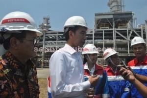 Presiden Ri, Joko Widodo saat diwawancarai wartawan saat kunjungan di PT TPPI
