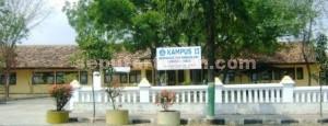 EKS KELAS JAUH: Gedung SMA PGRI 3 di Jalan Manunggal Tuban yang  digunakan sebagai kampus II Unirow.