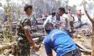 LUDES : Petugas gabungan dibantu masyarakat saat melakukan pembasahan