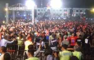 RICUH : Awal keributan penonton Konser Wali Band di alun-alun Tuban dalam rangka Hari Jadi Tuban ke 722