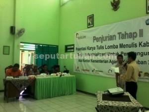 SEMANGAT : Peserta saat melakukan presentasi dihadapan juri, Jumat (20/11/015)