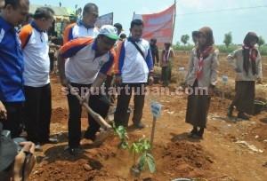 PENYEMANGAT : Wakil Gubernur Jatim, Saifullah Yusuf secara simbolis melakukan penanaman pohon