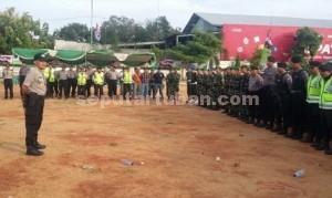 SIAGA : Kapolres Tuban, AKBP Guruh Arif Darmawan saat memberikan arahan kepada petugas keamanan sebelum pelaksanaan kampanye Hudanoor di kawasan GOR Tuban, Sabtu (28/11/2015)