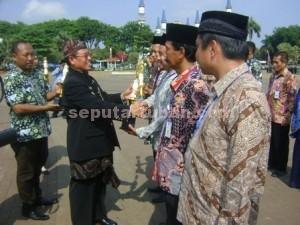 MOTIVASI : Wakil Bupati Tuban, Noor Nahar Hussein saat menyerahkan penghargaan usai upacara