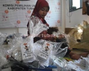 SIAP : Petugas KPU Tuban Saat Membungkus ATK Pemilukada 2015