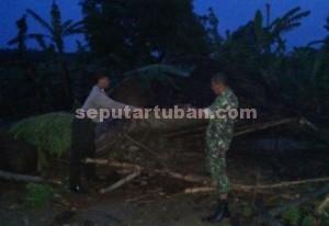 ROBOH : Salah saru rumah warga di Dusun Klubuk, Desa Tambakrejo, Kecamatan Rengel porak-poranda akibat puting beliung