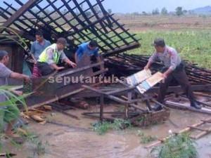 ROBOH : Salah satu rumah milik warga Desa Sokogunung, Kecamatan Kenduruan roboh diterjang puting beliung