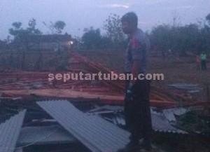 RATA TANAH : Inilah rumah milik Mahmudi, warga Desa Kumpulrejo, Kecamatan Parengan yang roboh akibat puting beliung