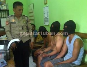 DIRINGKUS : Terduga pelaku saat baru datang di Mapolres Tuban usai diringkus dari wilayah Kabupaten Lamongan