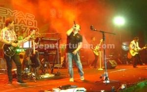 MERIAH : Wali Band saat konser dalam rangka Hari Jadi Tuban ke 722 di alun-alun Tuban, Senin (16/11/2015) malam.