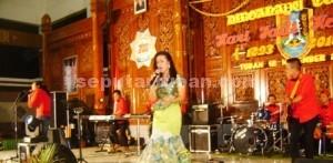 NOSTALGIA: Diva dangdut Ikke Nurjanah saat tampil dalam malam resepsi hari jadi  Kabupaten Tuban ke 722 di di Pendopo Krido Manunggal, Kamis (12/11/2015) malam.