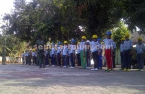 SEMANGAT : Peserta saat menjalani latihan baris berbaris