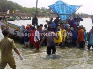 SUDAH SEMALAM : Warga dan aparat saat dievakuasi dari perahu yang mengangkut jenazah korban