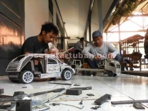 KREATIF : Warga binaan Lapas Tuban sedang membuat kerajian olahan kertas menjadi miniatur mobil yang tinggal pengecatan