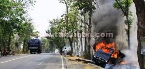 APES: Inilah pick up L 300 bernopol S 8317 HF yang terbakar akibat gunungan jerami yang  diangkutnya dilalap api di Jalan Raya Pakah KM 13, Senin (09/11/2015) siang.