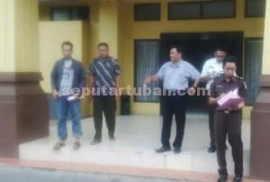 DIBUI : Tersangka didampingi penyidik Sat Reskrim Polres Tuban keluar dari Kejari Tuban menuju Lapas