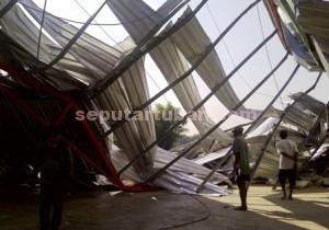 RUGI : Gudang di Desa Mojoagung senilai Rp. 600 juta roboh akibat puting beliung