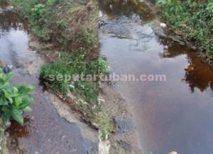 Dibiarkan : Kondisi sungai Prunggahan Kulon, Kecamatan Semanding keruh akibat limbah produksi arak