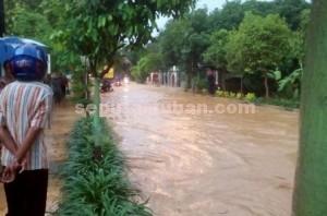 Macet : Kondisi jalan poros Kecamatan Montong saat terendam banjir, Senin (14/12/2015)
