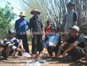 Krisi Kepercayaan : Warga Desa Gaji saat membakar surat panggilan pemilih wujud boikot Pemilukada 2015, Rabu (9/12/2015)
