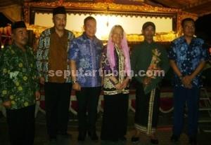 Foto bersama usai penyerahan tokoh Srikandi kepada dalang
