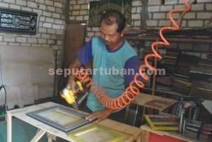 TELATEN : Imam Syafi'i sedang membuat kerajinan kaligraffi