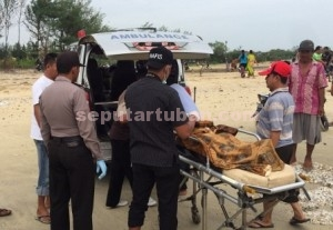 Langsung Dimakamkan : Jasad Mbah Munti dievakuasi dari lokasi penemuan untuk dibawa ke rumah duka