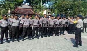 SIAGA : Kapolres Tuban, AKBP Guruh Arif Darmawan saat memberikan arahan kepada personil Brimob Polda Jatim di halaman Mapolres Tuban