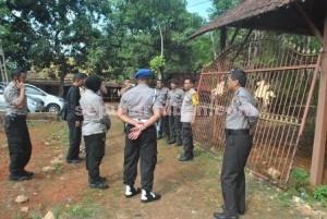 Berkunjung : Kapolres Tuban, AKBP Guruh Arif Darmawan saat berkunjung ke warga Desa Gaji, Rabu (9/12/2015)