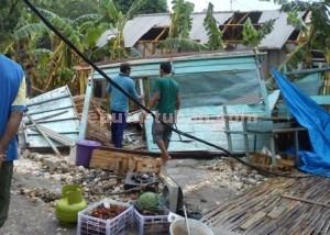 RUSAK PARAH : Kios jualan buah milik Supardi, warga Dusun Pulerejo, Desa Simo porak-poran akibat puting beliug