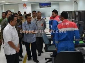 Mampir : Wapres, Jusuf Kalla didampingi Menteri ESDM, Sudirman Said saat meninjau ruang kontrol PT TPPI