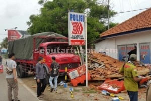 Porak-poranda : Kondisi truk menabrak teras Pos Polantas Bancar