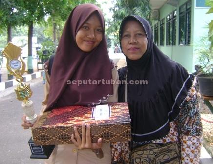Maya Tri Febri Suminar didampingi ibunya usai penerimaan hadiah