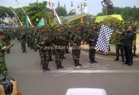 Semangat : Prajurit TNI AD diberangkatkan oleh Wakil Bupati Tuban, Noor Nahar Hussein di jalan Kartini Tuban unum memulai jalan kaki napak tilas Jendral Sudirman menuju Surabaya, Rabu (16/12/2015)