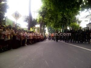 Semangat : Siswa mengiring perjalanan para rajurit TNI AD yang menjalani napak tilas Jendral Sudirman