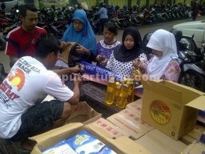 Tekan Harga : Operasi pasar yang dilakukan Bulog di Pasar Baru Tuban, Rabu (16/12/2015)