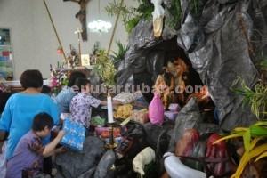 Kemeriahan Natal : Aktivitas mengambil kado natal di Gereja PGI Tuban