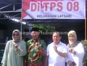 MENANG : Pasangan Hudanoor dan istrinya usai memilih di TPS 8, Kelurahan Latsari, Tuban, Rabu (9/12/2015)