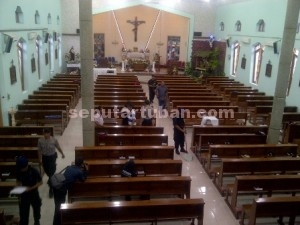 Pelayanan Prima : Tim Jibom Brimob Polda Jatim saat memeriksa Gereja, Kamis (24/12/2015) sore