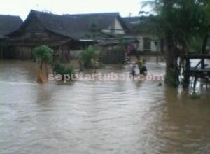 Langganan : Kondisi pemukiman warga Desa Sumurgung saat terendam banjir, Senin (14/12/2015)