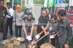 Wujud Netralitas : Pemusnahan surat suara rusak dan lebih dilakukan di halaman KPU Kab. Tuban, Senin (7/12/2015)
